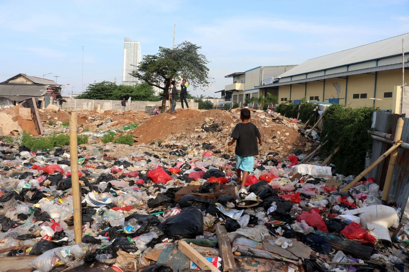 One of Muara Angke's many rubbish dumping grounds and also one of very few open spaces. Children often fly their kites here